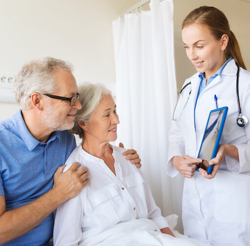 A family discusses with a doctor how to make a transition from short-stay rehab to home