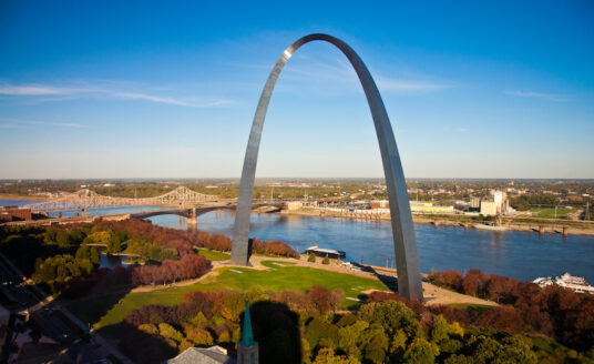A photo of the St. Louis arch, one of many great attractions for seniors.